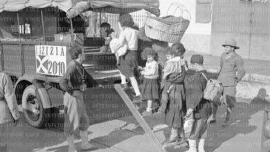 Photo of صور قديمة .. المستوطنين الإيطاليين يستعدون لركوب شاحنة متجهين إلى إحدى مستوطنات الاحتلال الإيطالي لليبيا