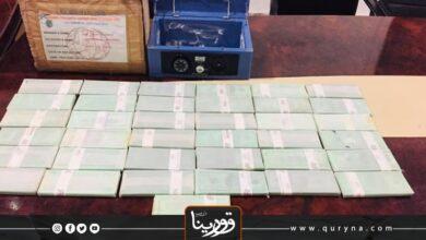 Photo of ضبط شخصين بحوزتهما 370 ألف دولار مزورة في غريان