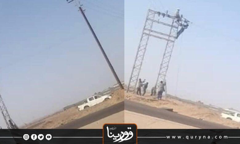 Photo of بالصور- عمال بشركة الكهرباء يسرقون أسلاك النحاس