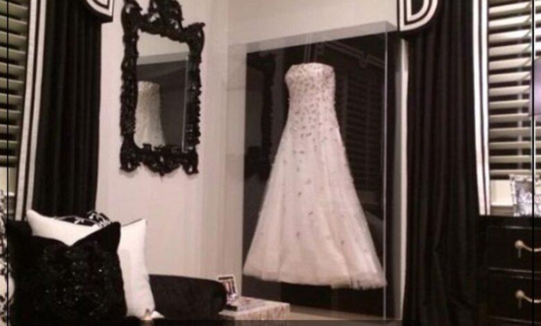 """Photo of """" موضة جديدة """" .. الاحتفاظ بفستان الزفاف عن طريق وضعه في برواز خاص به كقطعة ديكور داخل منزل الزوجية"""