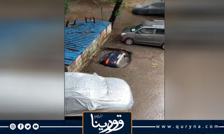 Photo of شاهد لحظة ابتلاع حفرة صغيرة لسيارة بالكامل بسبب الأمطار في الهند